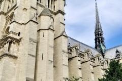 Girls at Cathédrale Notre-Dame de Paris
